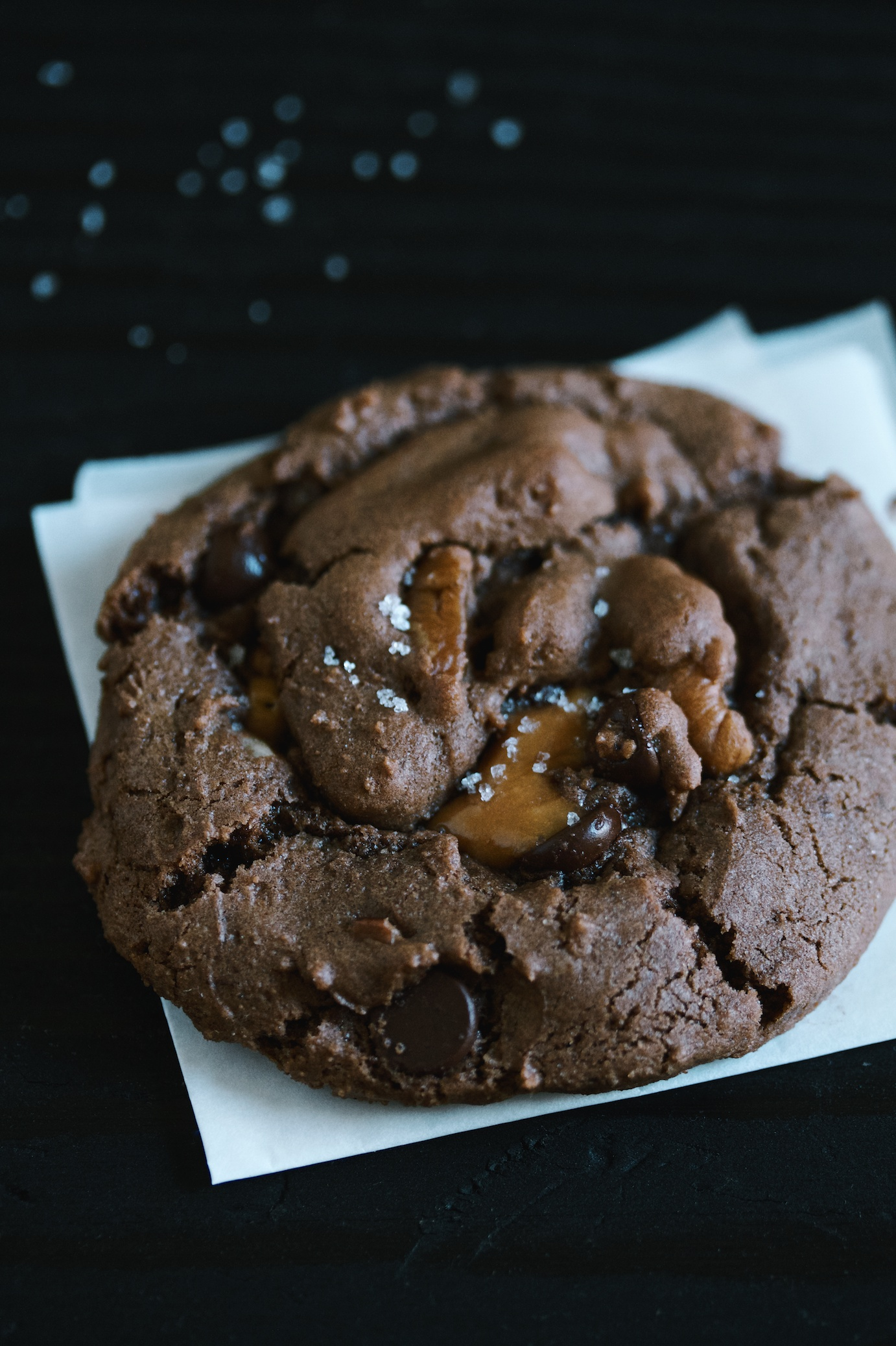 double chocolate cookies with pecans and caramel | movita beaucoup