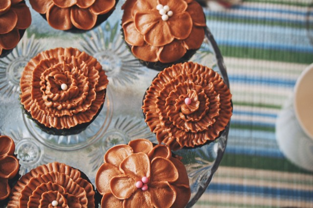 petal topped cakes and cupcakes   movita beaucoup